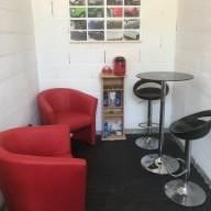 Salle d'attente avec une machine à café
